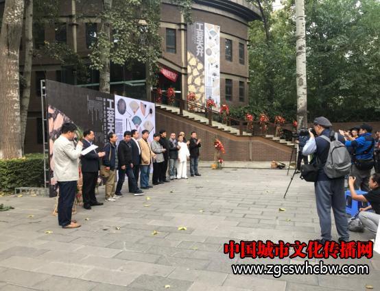 戊戌扇事·王健师徒扇艺作品展在西安建筑科技大学校史馆开幕